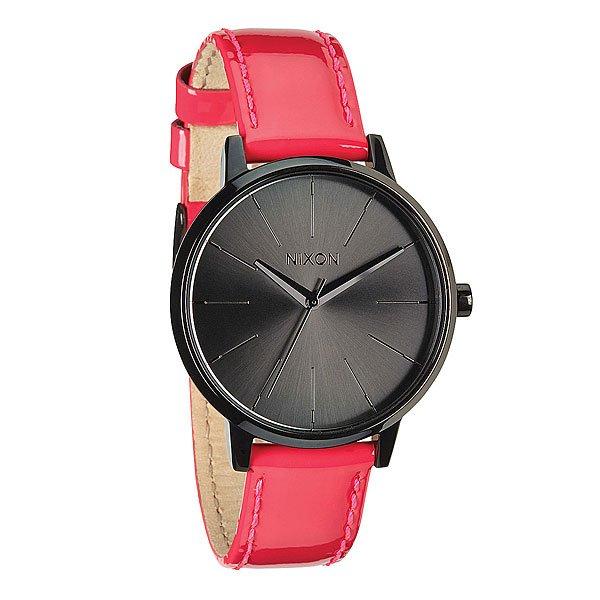 Часы женские Nixon Kensington Leather Bright Pink PatentИдеально круглый, увеличенный циферблат, тонкий браслет и классический силуэт делает эти часы супер элегантными. Немаленькая, но невероятно изящная модель создана специально для девушек, которые привыкли выглядеть стильными в любом месте и в любое время. Характеристики: Механизм:Японский кварцевый механизм. Точность хода 1/20. Функции: часы, минуты и секунды. Корпус:нержавеющая сталь. Закаленное минеральное стекло. Водонепроницаемость 50 м (5 атмосфер). Браслет: кожа.<br><br>Цвет: розовый,черный<br>Тип: Кварцевые часы<br>Возраст: Взрослый<br>Пол: Женский